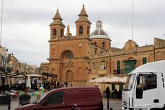 Marsaxlokk, Malta, agosto de 2016 Plaza del mercado cerca de la catedral principal el domingo imagenes de archivo