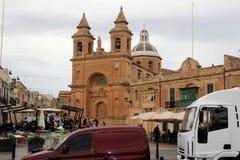 Marsaxlokk, Malta, Augustus 2016 Marktvierkant dichtbij de belangrijkste kathedraal op Zondag stock afbeeldingen