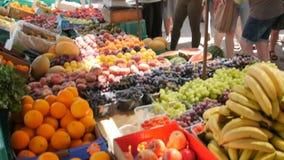 MARSAXLOKK, MALTA - 6. Juli 2016: Früchte für Verkauf in einem Markt mit einigen Leuten im Hintergrund stock video