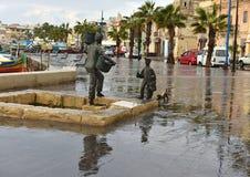 MARSAXLOKK, MALTE - 10 décembre : le village de pêche antique Marsaxlokk en mer Méditerranée le jour d'hiver pluvieux le 10 décem Image libre de droits