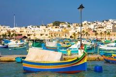 Marsaxlokk rynek z tradycyjnymi kolorowymi Luzzu łodziami rybackimi, Malta Zdjęcie Stock