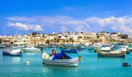 Marsaxlokk wioska z tradycyjnymi kolorowymi łodziami rybackimi Luzzu Zdjęcie Royalty Free