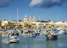 Marsaxlokkhaven en traditionele mediterrane vissersboten i Stock Foto
