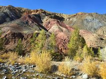 Marsbewoner rotsachtig landschap ter wereld Rode de rotsenbergen van Altaimars altai Rusland stock afbeelding