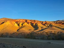 Marsbewonerlandschap ter wereld Zonsondergang in rode de rotsenbergen van Altai Mars altai Rusland royalty-vrije stock foto's