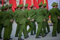 Marsch av den Vietnam soldaten Arkivbilder