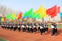 Marsch för färgflaggalag på lekplatsen Royaltyfri Fotografi