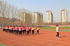 Marsch för girlandkapacitetslag på lekplatsen Royaltyfri Foto