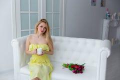 8 marsch, moderdag, ung kvinna med blommor Arkivfoton