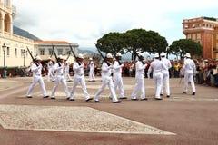 Marschera bevakar nära slotten för prins` s, den Monaco staden Arkivbild