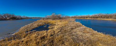 MARSCHERA 8, 2017 - den storslagna ön, Nebraska - PLATTE FLOD, FÖRENTA STATERNA - landskap av Platte River, Midwest arkivbilder