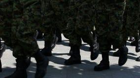Marschera för soldater arkivfilmer