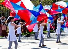 Marschera flaggaflickor Arkivfoto