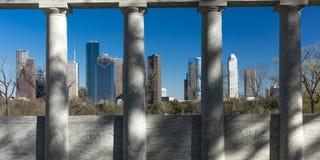 MARSCHERA 7, 2018, HOUSTON, TEXAS - höga löneförhöjningbyggnader i Houston cityscape från den Glenwood kyrkogården, Kyrkogård kon fotografering för bildbyråer
