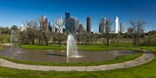 MARSCHERA 7, 2018, HOUSTON, TEXAS - höga löneförhöjningbyggnader i Houston cityscape från den Glenwood kyrkogården, Lopp byggnade royaltyfri bild