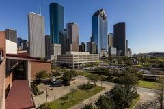 MARSCHERA 7, 2018, HOUSTON, TEXAS - höga löneförhöjningbyggnader i Houston cityscape som är upplyst på solnedgången, Horisont sik fotografering för bildbyråer