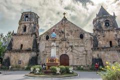 Marschera 11,2018 personer som vaknar runt om den Miagao kyrkan på den Iloilo staden royaltyfria bilder