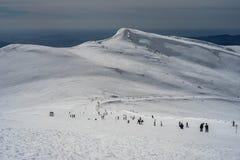 Marschera 3rd 2018 Sinaia Rumänien, skidåkare som tycker om solig dag skidar på, lutningen Royaltyfria Bilder