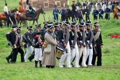 Marschera slåss soldater på Borodino historisk reenactment i Ryssland Arkivfoto