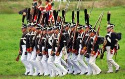 Marschera slåss soldater på Borodino historisk reenactment i Ryssland Royaltyfria Foton