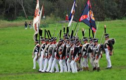 Marschera slåss soldater på Borodino historisk reenactment i Ryssland Fotografering för Bildbyråer