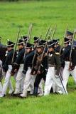 Marschera slåss soldater på Borodino historisk reenactment i Ryssland Arkivfoton