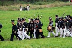 Marschera slåss soldater på Borodino historisk reenactment i Ryssland Royaltyfri Bild