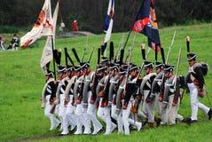 Marschera slåss soldater på Borodino historisk reenactment i Ryssland Arkivbilder