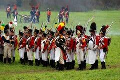 Marschera slåss soldater på Borodino historisk reenactment i Ryssland Arkivbild
