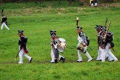 Marschera slåss soldater på Borodino historisk reenactment i Ryssland Royaltyfri Fotografi