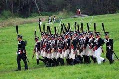 Marschera slåss soldater på Borodino historisk reenactment i Ryssland Royaltyfria Bilder