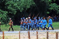 Marschera soldater i blå likformig Royaltyfria Bilder