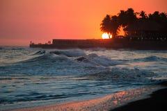 Marschera solnedgången på Playa el Tunco, El Salvador Arkivfoto