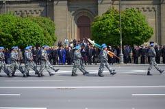 Marschera ståtar soldater in Royaltyfri Fotografi