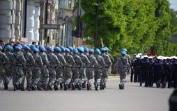 Marschera ståtar soldater på Arkivfoto