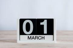 Marschera 1st dag 1 av månaden, daglig kalender på trätabellbakgrund Vårtid, tömmer utrymme för text Arkivfoto