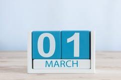 Marschera 1st dag 1 av månaden, daglig kalender på trätabellbakgrund Vårtid, tömmer utrymme för text Royaltyfria Bilder