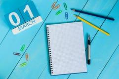 Marschera 1st dag 1 av månaden, kalender på blå trätabellbakgrund Vårtid, tömmer utrymme för text Fotografering för Bildbyråer