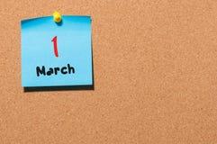 Marschera 1st dag 1 av månaden, kalender på korkanslagstavlabakgrund Vårtid, tömmer utrymme för text Royaltyfri Foto