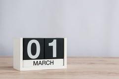 Marschera 1st dag 1 av månaden, träkalender på ljus bakgrund Vårtid, tömmer utrymme för text Arkivfoto