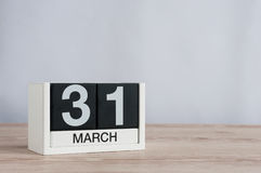 Marschera 31st dag 31 av månaden, träkalender på ljus bakgrund Vårtid, tömmer utrymme för text Royaltyfri Bild