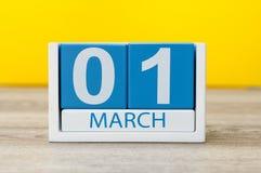 Marschera 1st dag 1 av marschmånaden, färgkalender på gul bakgrund Fjädra den tid… ron lämnar, naturlig bakgrund Fotografering för Bildbyråer