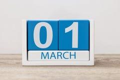 Marschera 1st dag 1 av marschmånaden, kalender på ljus bakgrund Början för vårtid Royaltyfri Foto