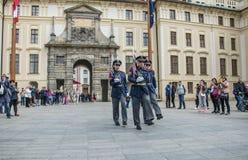 Marschera vakter Ändra av vakten på den Prague slotten, Tjeckien Royaltyfri Fotografi