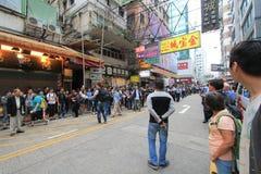 Marscherar Hong Kong aktivister 2015 framåt av röstar på den val- packen Royaltyfria Bilder