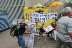 Marscherar Hong Kong aktivister 2015 framåt av röstar på den val- packen Arkivbild