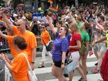 Marschieren in die Straße bei Haupt-Pride Parade im Washington DC stockfotos