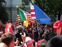 Marschieren mit Flaggen bei Victory Parade Lizenzfreie Stockfotografie