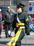 Marschierende Militärfrau gekleidet im Grün Stockbilder
