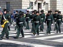 Marschierende Militärfrauen gekleidet im Grün Lizenzfreies Stockbild